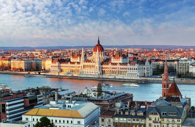 Paesaggio urbano di Budapest con il Parlamento, Ungheria fotografie stock