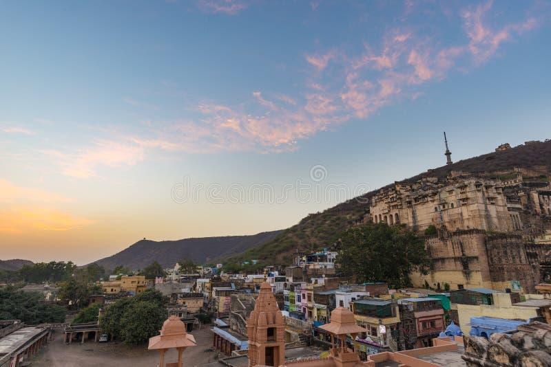 Paesaggio urbano di Bundi, destinazione di viaggio nel Ragiastan, India La fortificazione maestosa si è appollaiata sul pendio di fotografia stock libera da diritti