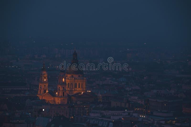 Paesaggio urbano di crepuscolo della basilica di St Stephen nella capitale di Budapest dell'Ungheria fotografia stock
