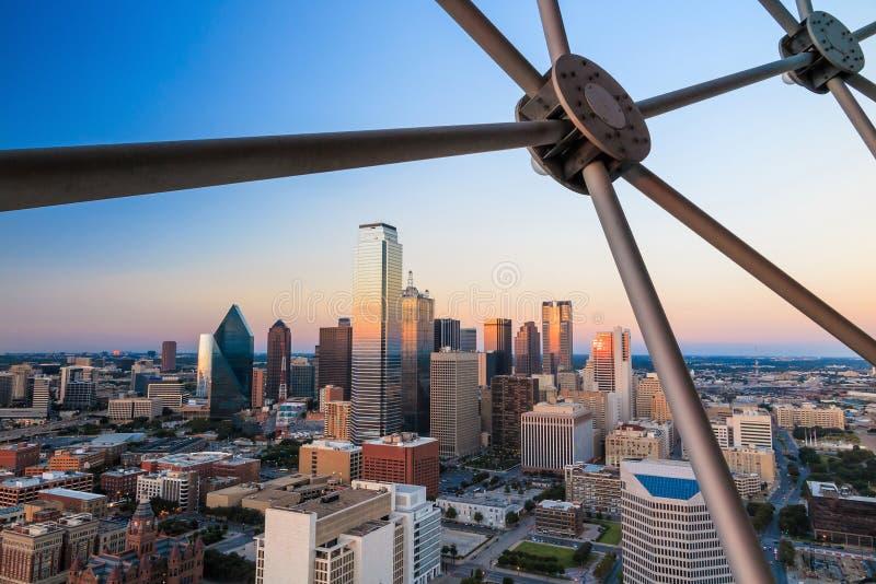 Paesaggio urbano di Dallas, il Texas con cielo blu al tramonto fotografie stock