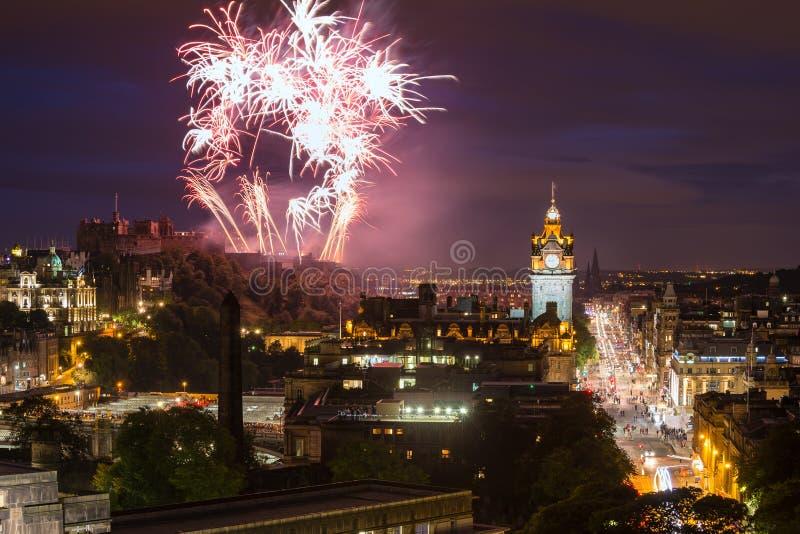 Paesaggio urbano di Edimburgo con i fuochi d'artificio fotografie stock