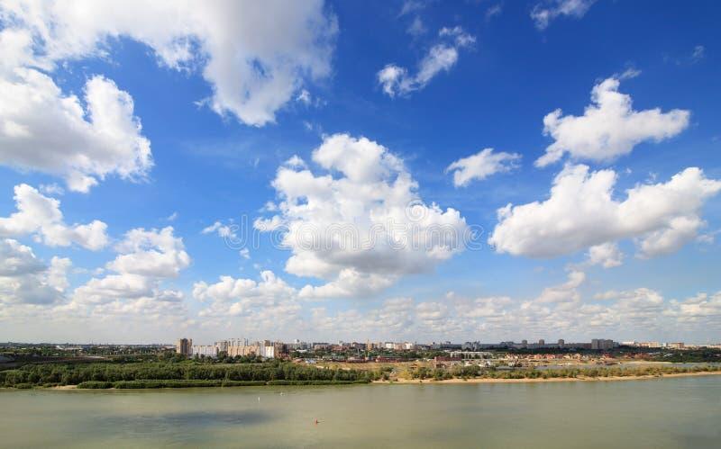 Paesaggio urbano di estate con le nuvole. Omsk. La Russia. immagini stock