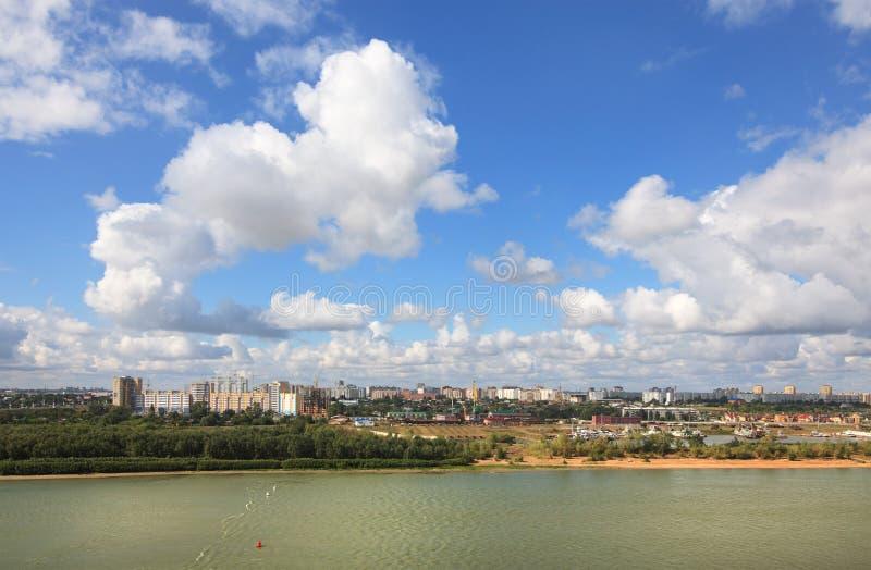 Paesaggio urbano di estate con le nuvole. Omsk. La Russia. fotografia stock