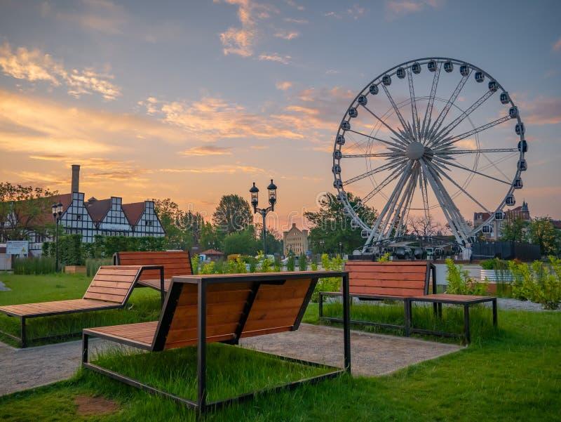 Paesaggio urbano di estate di Danzica all'alba con la ruota di ferris, Polonia fotografia stock libera da diritti