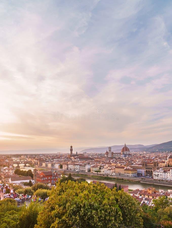 Paesaggio urbano di Firenze con il ponte di Ponte Vecchio, la cattedrale di Santa Maria del Fiore ed il cielo spettacolare di tra immagini stock libere da diritti