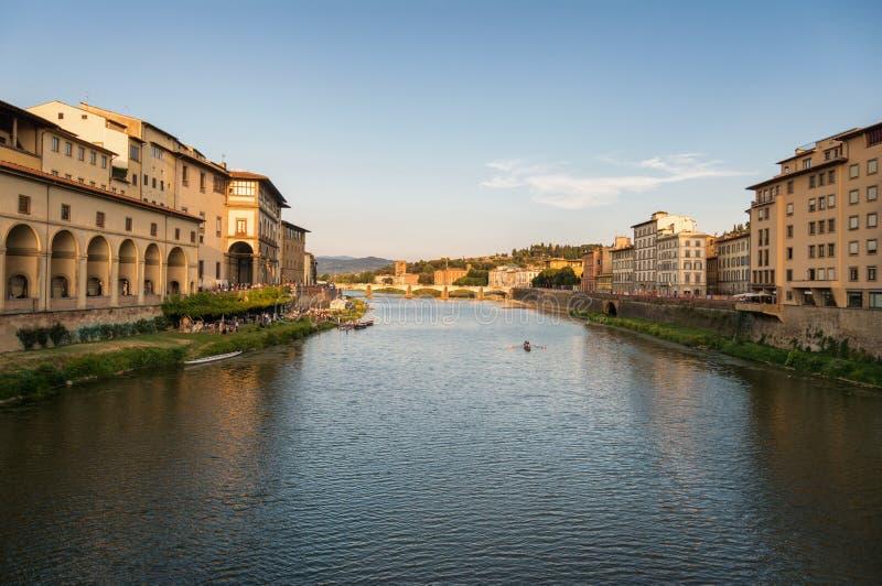 Paesaggio urbano di Firenze, fiume di Arno al tramonto fotografia stock