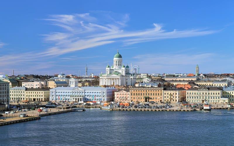 Paesaggio urbano di Helsinki con la cattedrale, il porto del sud ed il quadrato del mercato, Finlandia immagini stock libere da diritti
