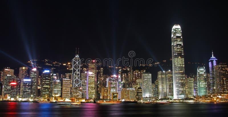 Paesaggio urbano di Hong Kong alla notte. Sinfonia degli indicatori luminosi   fotografia stock libera da diritti
