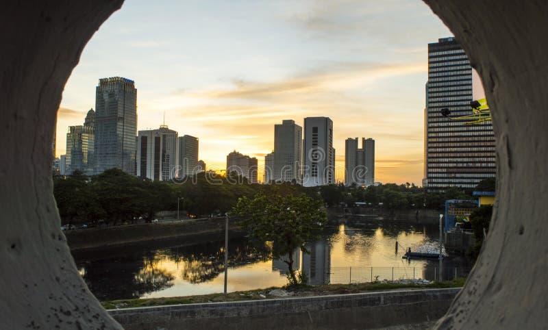 Paesaggio urbano di Jakarta prima del tramonto immagini stock