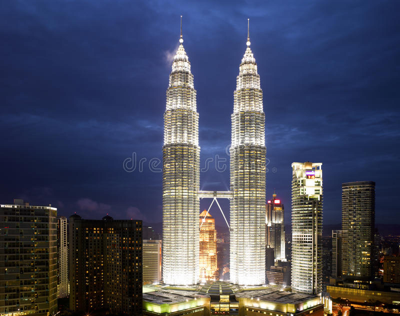 Paesaggio urbano di Kuala Lumpur con la torre gemella immagini stock libere da diritti
