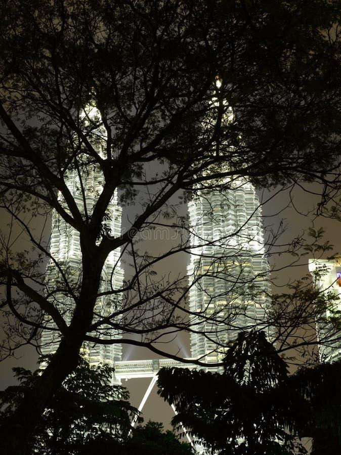 Paesaggio urbano di Kuala Lumpur con la torre gemella alla notte fotografie stock