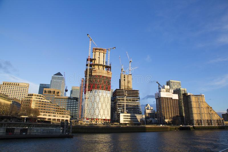 Paesaggio urbano di Londra attraverso il Tamigi con una vista di Canary Wharf, Londra, Inghilterra, Regno Unito, il 20 maggio 201 immagine stock libera da diritti