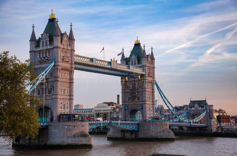 Paesaggio urbano di Londra con il ponte della torre sopra il Tamigi al crepuscolo fotografia stock libera da diritti