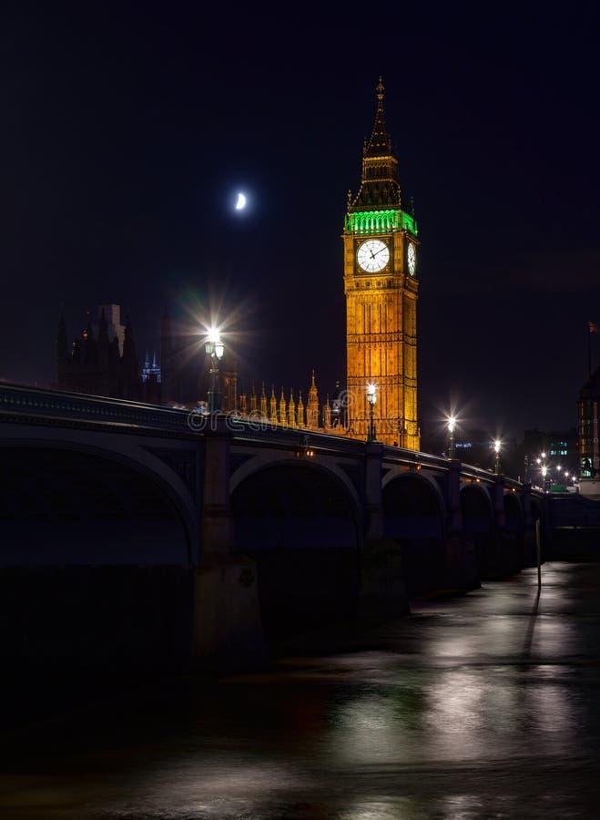 Paesaggio urbano di Londra con il ponte e Elizabeth Tower di Westminster o immagine stock