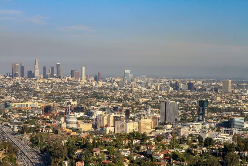 Paesaggio urbano di Los Angeles con l'orizzonte nebbioso fotografia stock