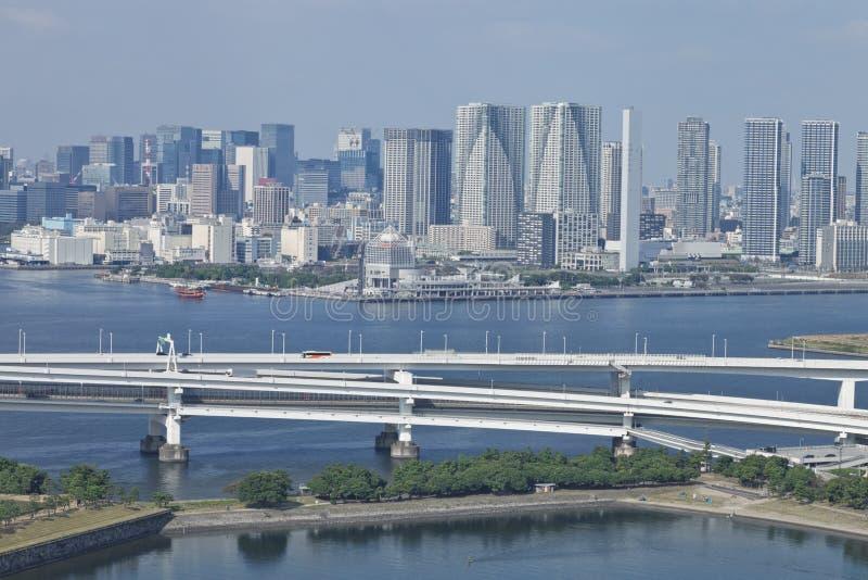 Paesaggio urbano di lungomare di Tokyo con il ponte in vista fotografia stock libera da diritti