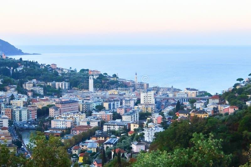 Paesaggio urbano di mattina della cittadina Recco, situato sul mar Mediterraneo, in Liguria, l'Italia fotografia stock libera da diritti