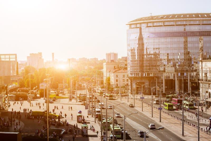 Paesaggio urbano di Minsk, Bielorussia Stagione estiva e tempo di tramonto Vista del viale e della stazione centrale centrali fotografia stock