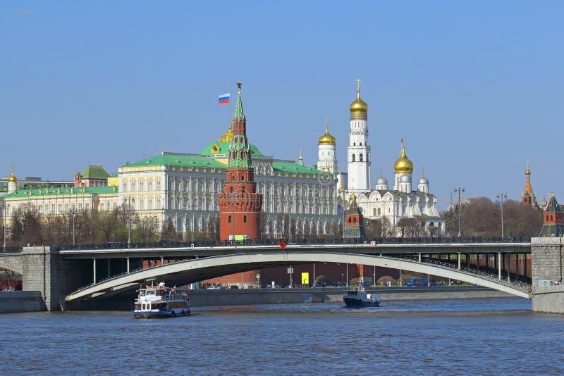 Paesaggio urbano di Mosca con la vista sul grande ponte di pietra e sul Kre fotografia stock libera da diritti
