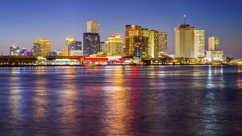 Paesaggio urbano di New Orleans attraverso il fiume Mississippi fotografie stock libere da diritti