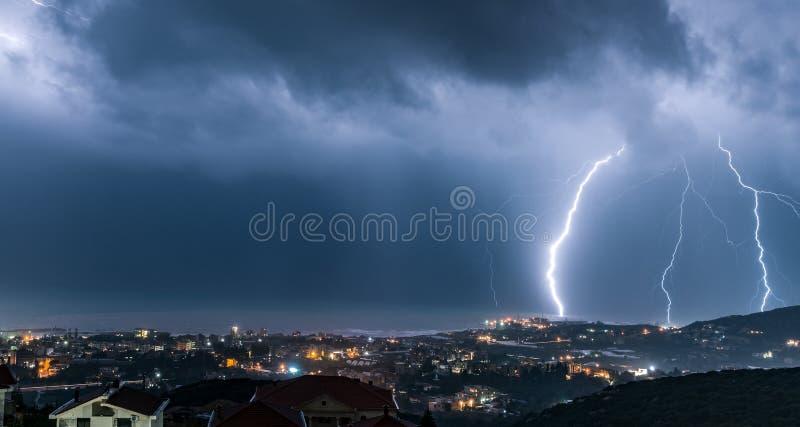 Paesaggio urbano di notte con fulmine sopra  immagini stock