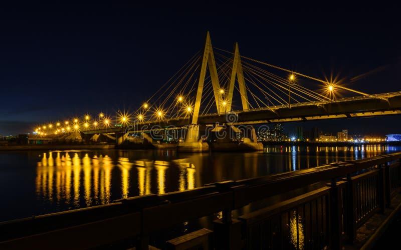 Paesaggio urbano di notte del ponte attraverso il fiume a Kazan immagini stock libere da diritti