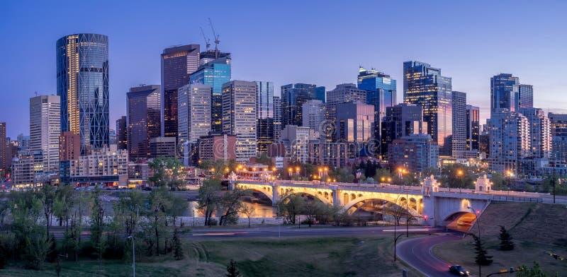 Paesaggio urbano di notte di Calgary, Canada immagine stock libera da diritti
