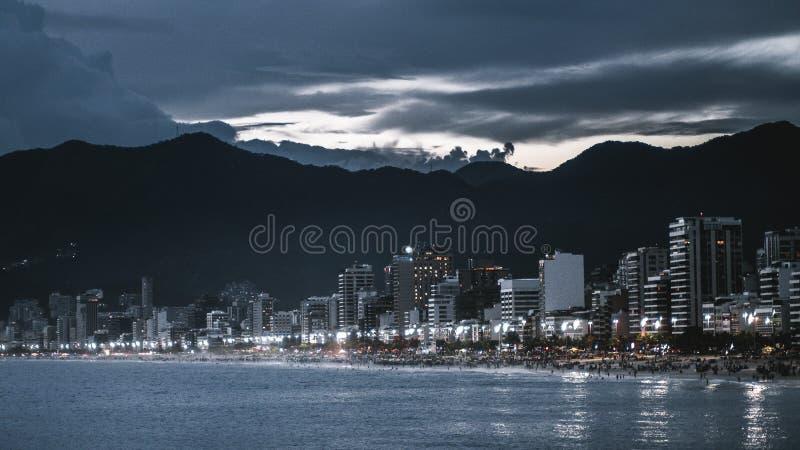 Paesaggio urbano di notte di Rio de Janeiro con la spiaggia fotografie stock