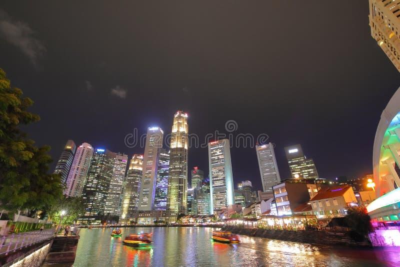 Paesaggio urbano di notte di Singapore immagini stock libere da diritti