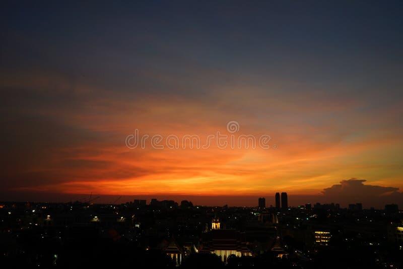 Paesaggio urbano di panoramica con in cielo aperto crepuscolare Città di Bangkok, tailandese immagini stock libere da diritti