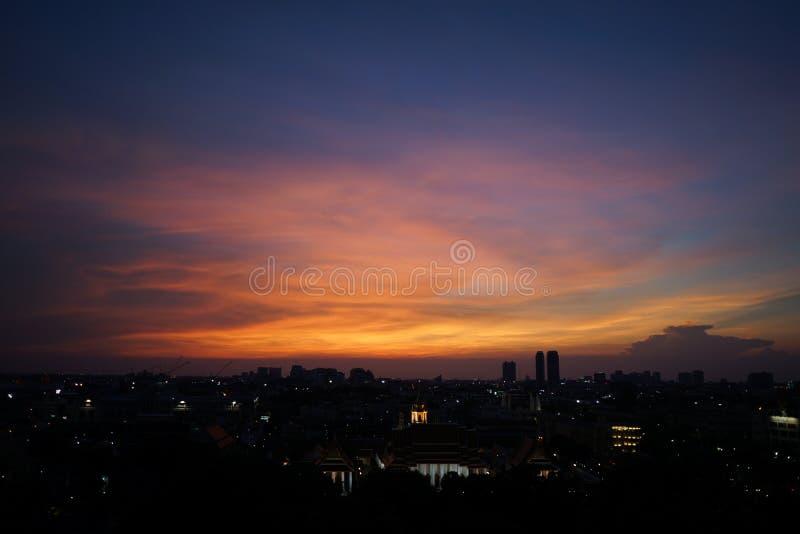 Paesaggio urbano di panoramica con in cielo aperto crepuscolare Città di Bangkok, tailandese fotografie stock