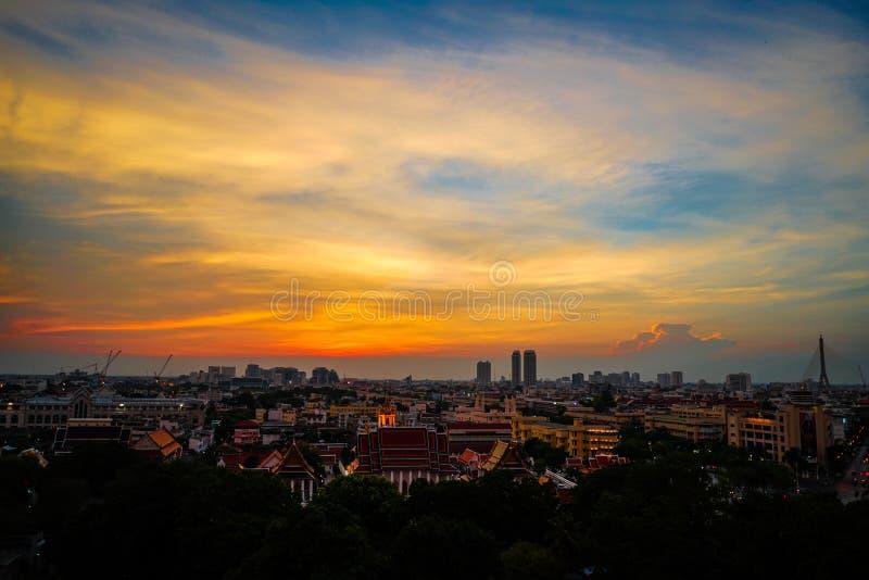 Paesaggio urbano di panoramica con in cielo aperto crepuscolare Città di Bangkok, tailandese immagine stock