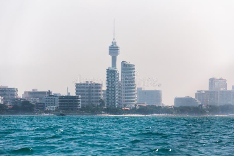 Paesaggio urbano di Pattaya, vista dal mare di giorno fotografie stock