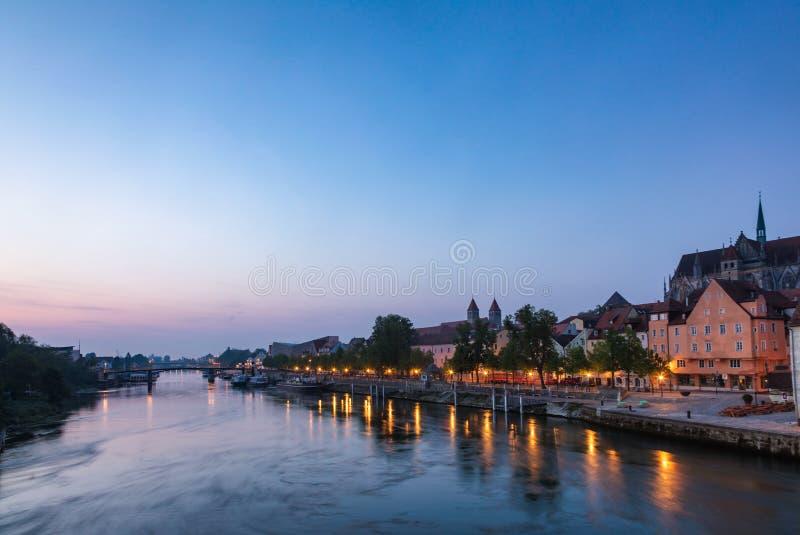 Paesaggio urbano di Regensburg dal ponte di pietra con la Baviera Germania dell'argine del Danubio immagini stock libere da diritti