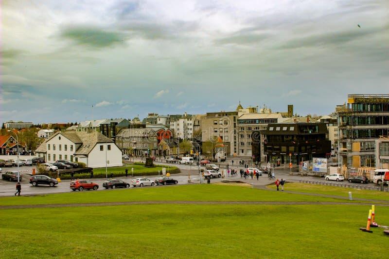Paesaggio urbano di Reykjavik, capitale dell'Islanda Vista della via con le costruzioni e la gru moderne immagine stock libera da diritti