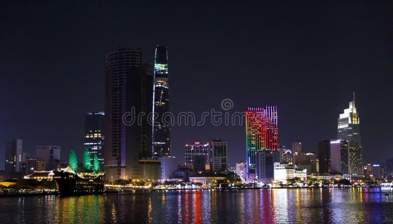 Paesaggio urbano di Saigon con le costruzioni colorfully illuminate alla notte nel Vietnam immagine stock