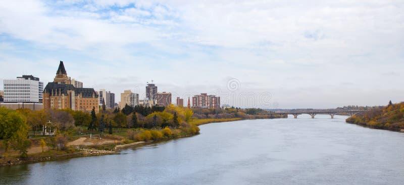 Paesaggio urbano di Saskatoon dal fiume del sud di Saskatchewan immagine stock
