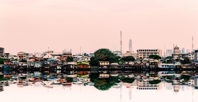 Paesaggio urbano di scena della riva del fiume di Chao Phraya: Bangkok, Tailandia immagini stock