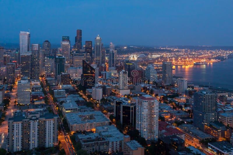 Paesaggio urbano di Seattle alla notte fotografia stock libera da diritti
