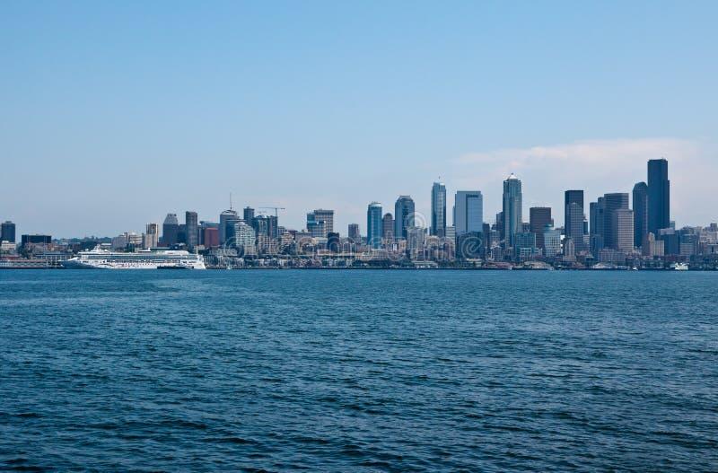 Paesaggio urbano di Seattle e transatlantico immagini stock