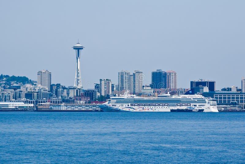 Paesaggio urbano di Seattle e transatlantico fotografie stock libere da diritti