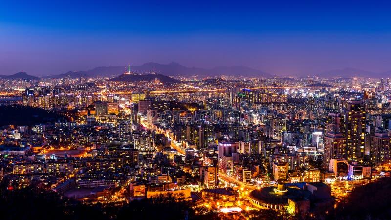 Paesaggio urbano di Seoul e torre di Seoul alla notte Traffico a Seoul, Corea del Sud fotografie stock libere da diritti