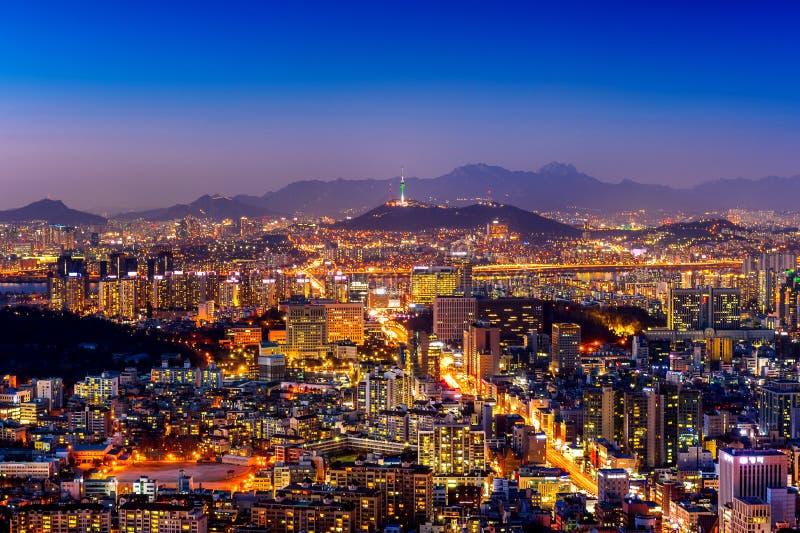 Paesaggio urbano di Seoul e torre di Seoul alla notte Traffico a Seoul, Corea del Sud immagine stock