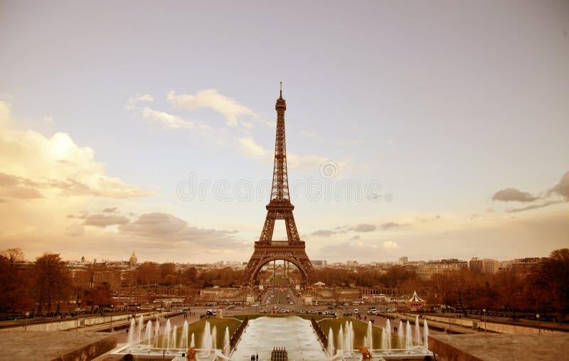 Paesaggio urbano di seppia di Parigi con la torre Eiffel fotografie stock libere da diritti