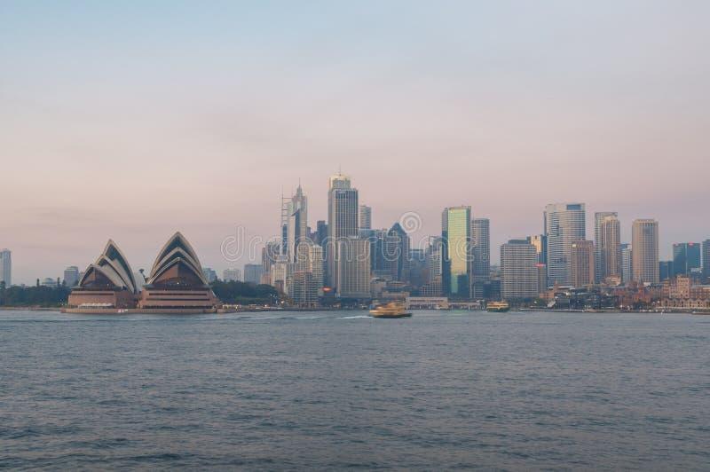 Paesaggio urbano di Sydney con i grattacieli e Sydney Opera House di mattina fotografia stock libera da diritti