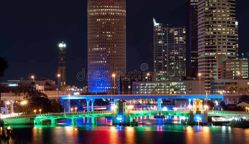 Paesaggio urbano di Tampa alla notte fotografia stock