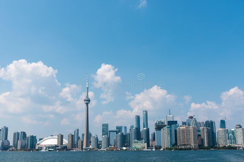 Paesaggio urbano di Toronto dal lago Ontario fotografie stock libere da diritti