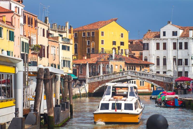 Paesaggio urbano di Venezia, Italia Barca in canale veneziano sul fondo residenziale delle case Venezia scenica fotografia stock