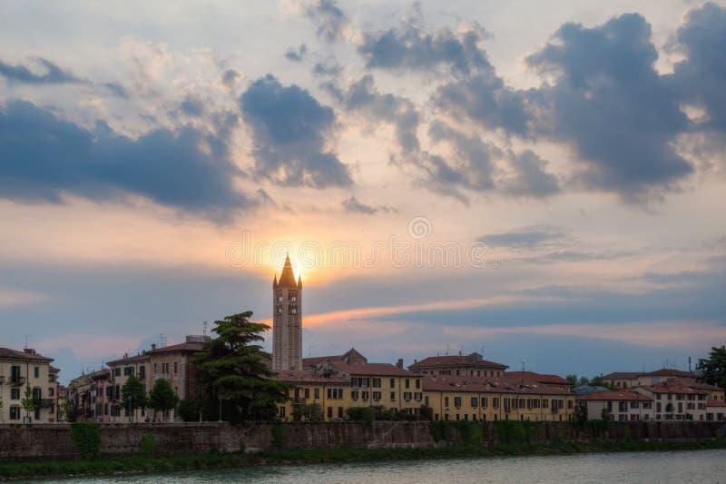 Paesaggio urbano di Verona, Italia, al crepuscolo immagine stock