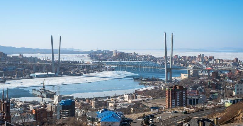 Paesaggio urbano di Vladivostok, vista di luce del giorno, inverno. immagine stock libera da diritti